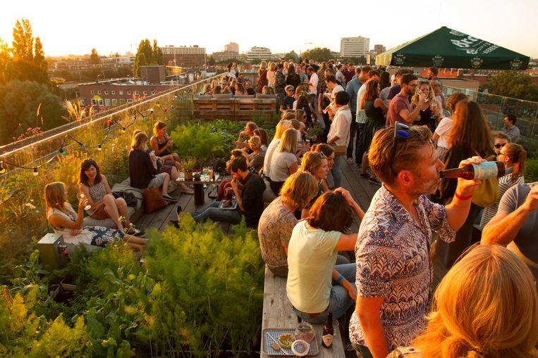 De meeste zonnestralen pak je op een dakterras tijdens urban festival Roef Beeld Niki Boomkens