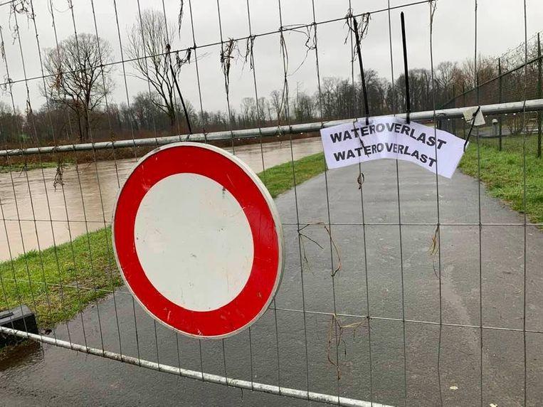 Op sommige plaatsen in Geraardsbergen is het jaagpad afgesloten. Beeld Frank Eeckhout