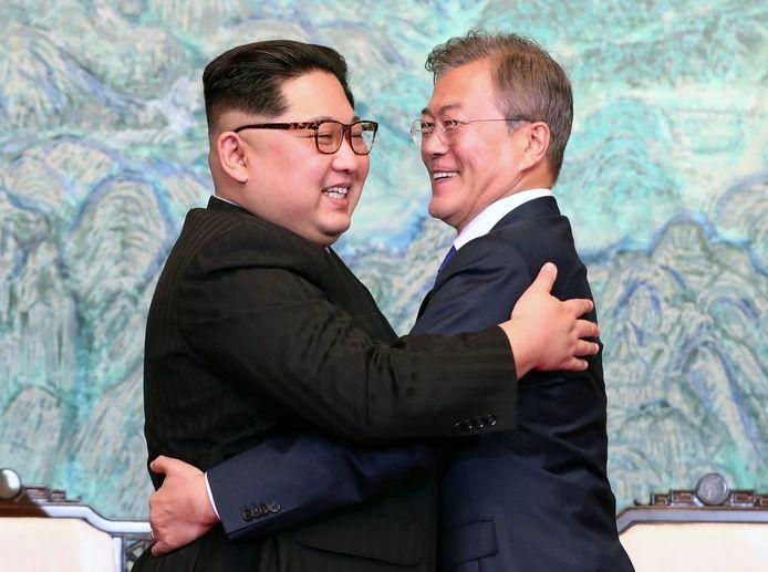 Er werd wat afgelachen en -geknuffeld tijdens de historische ontmoeting vorige week tussen Kim Jong-un en z'n Zuid-Koreaanse collega Moon Jae-in.