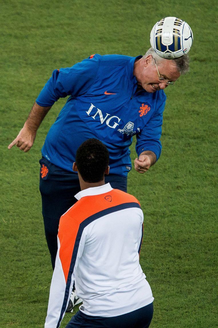 2014-09-03 00:00:00 BARI - Bondscoach Guus Hiddink tijdens de training van het Nederlands elftal in Bari. Oranje bereidt zich voor op de oefeninterland tegen Italie. ANP PRO SHOTS Beeld ANP Pro Shots