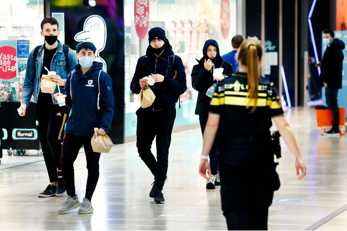 Nog niet iedereen weet dat het dragen van een mondkapje, ook buiten de winkels in Hoog Catharijne, verplicht is vanaf vandaag.