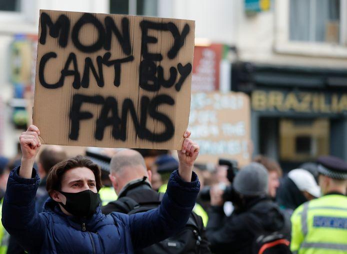 Mardi soir, alors que les Blues défient Brighton en Premier League, près de 1.000 fans londoniens se sont rassemblés aux abords de Stamford Bridge pour protester contre le projet.