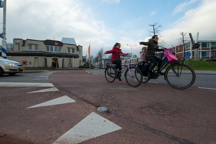 Op de rotonde bij het gemeentehuis in Hardenberg is in februari dit jaar met de proef gestart en signalering aangebracht voor als zware voertuigen de rotonde naderen. Met lichten in het wegdek worden fietsers gesignaleerd om de buitenbocht te nemen.