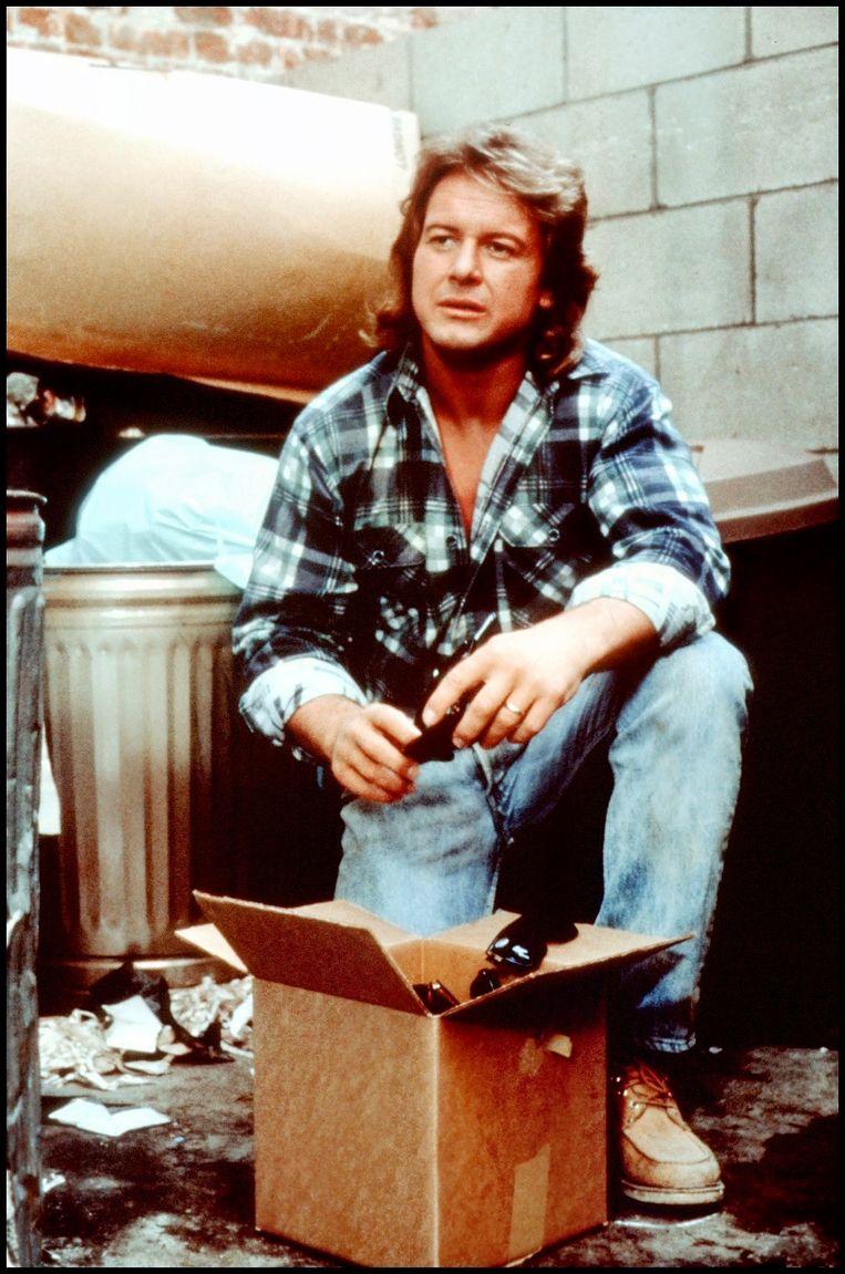 De inmiddels overleden WWF-worstelaar Roddy Piper in 'They Live' van John Carpenter uit 1988.  Beeld RTL