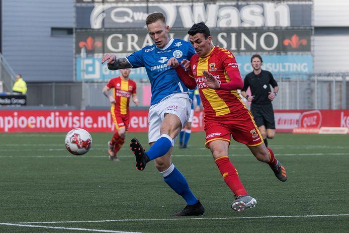 Junior van der Velden (links) duelleert met Antoine Rabillard van Go Ahead Eagles. Het komende halfjaar komt de centrumverdediger van FC Den Bosch niet in actie.
