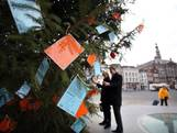 Ook de kerstboom op de Markt bungelt