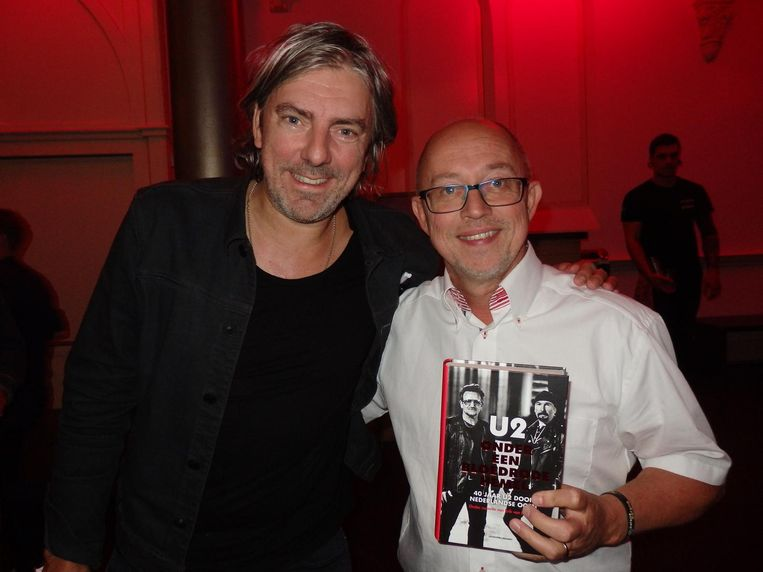 Dj Ruud de Wild (l) heeft een theorie: 'De meeste U2-fans zijn donker gekleed en dragen een bril.' Volkskrant-journalist Willem Visser, ga eens even naast Ruud staan Beeld Schuim