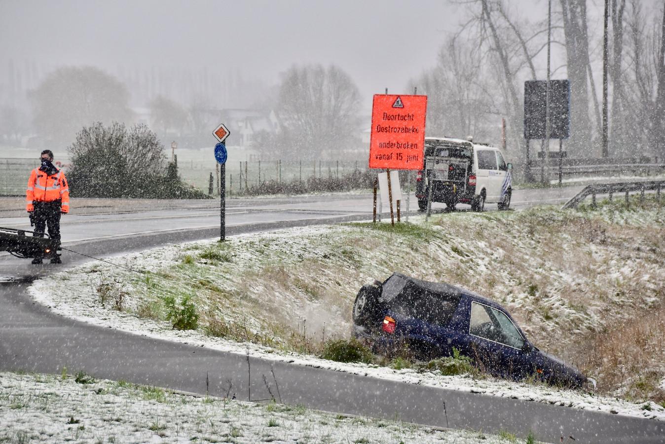 De Kia Sportage raakte van de Ingelmunstersteenweg in Oostrozebeke af, schoof over het gladde vrijliggend fietspad en gleed de gracht in.