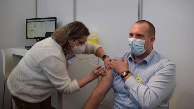 """Eerste spuitjes in Puyenbroeck zijn gezet: """"Als je iemand zien vechten hebt tegen deze ziekte, twijfel je niet om je te laten vaccineren"""""""