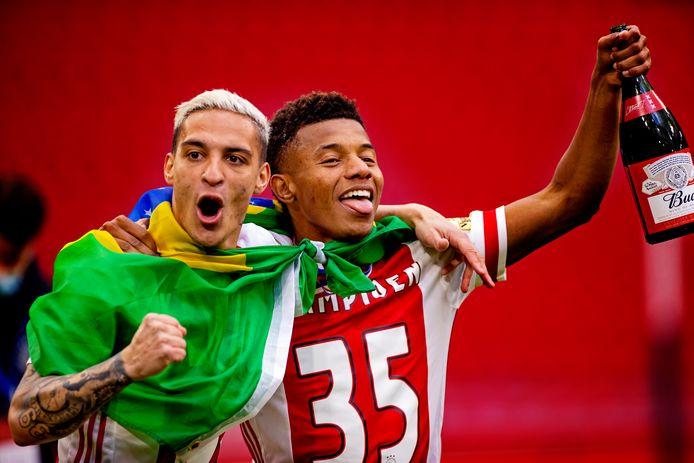 Ajax is landskampioen 2020/2021 en dat willen David Neres en Antony weten.