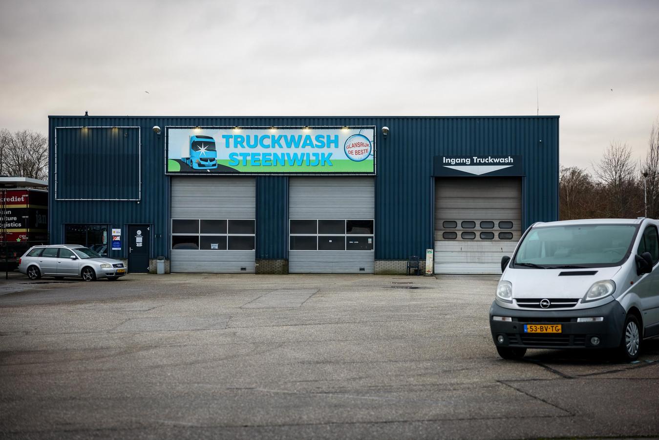De politie heeft bij dit bedrijf in Steenwijk in november meerdere gestolen auto's en busjes gevonden.