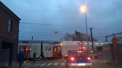 Trein moet halt houden na vertrek zonder conducteur: verschillende spooroverwegen geblokkeerd