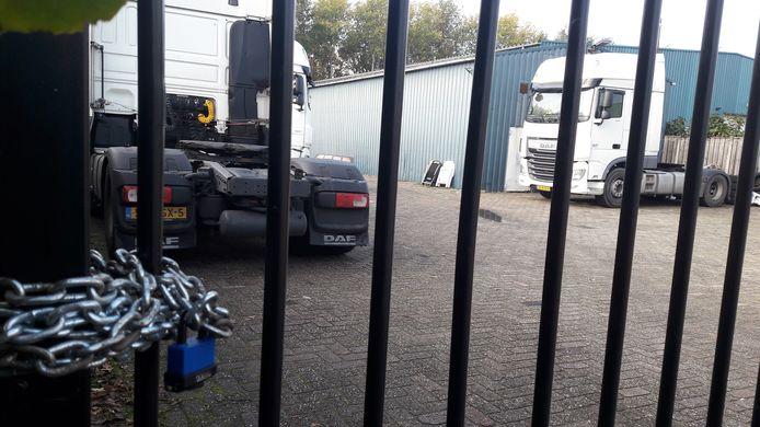 In deze loods van Logic Trans in Oudenbosch zijn bij controle achttien mensen aangetroffen die daar verbleven en de coronaregels niet naleefden. Pand en terrein zijn afgesloten.