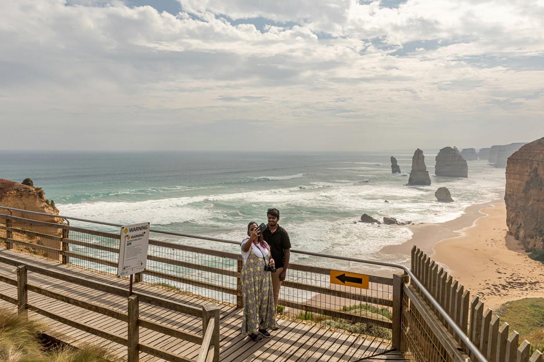 Aan de kalkstenen rotsen van de 'Twaalf Apostelen' in Port Campbell, Australië, staan de toeristen normaliter schouder aan schouder.   Beeld NYT