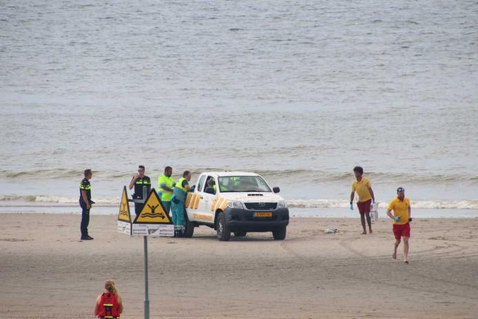 Een voertuig van de strandwacht ging het strand op, de andere hulpdiensten stonden bovenop de duinen.