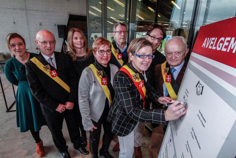 Nieuwe burgemeester Lut Deseyn tekende als eerste het charter.