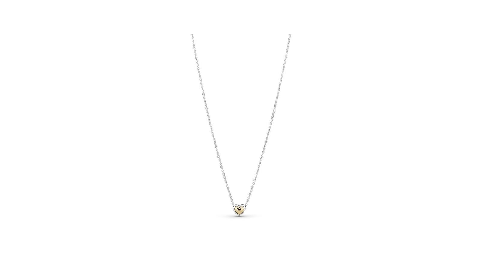 Le collier Heart sterling silver and 14k gold est à 99 euros. Disponible dans les boutiques Pandora.