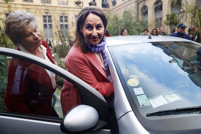 Frans minister van Leefmilieu Ségolène Royal bevestigt het miljoenste vignet aan de wagen van de eigenares. Beeld AFP