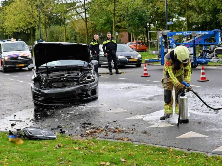 Weg bezaaid met brandstof na ongeluk met twee auto's in Breda