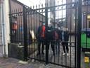 Zorgen in de daklozenopvang aan het Jansveld na een grote corona-uitbraak. Deze niet besmette daklozen, zijn inmiddels naar een andere locatie verplaatst.