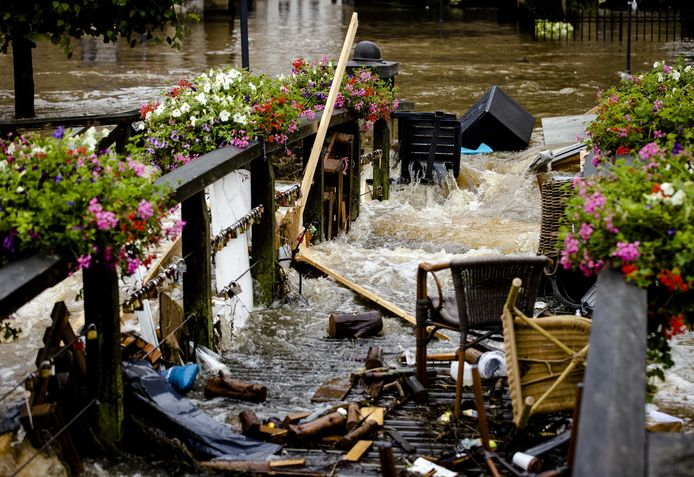 De week van Limburg. Door de overstroming van de Geul zijn straten in Valkenburg ondergelopen auto's weggesleurd en huizen onbereikbaar geworden. En na de zondvloed rest het puinruimen. Soms gadegeslagen door ramptoeristen, die een dagje fietsen combineren met kijken naar zandzakken sjouwende militairen.
