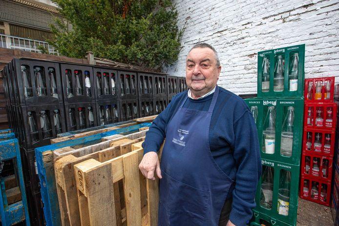 Hubert De Neys van bier- & wijnhandel De Neys-Asselman tussen de bakken van Léberg Bronnen.