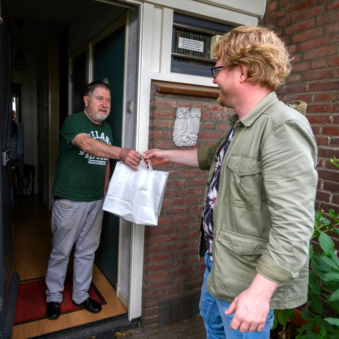 Bezorger Laurens Elzinga bezorgt Peter van Lieshout een maaltijd namens ONS Soepje.