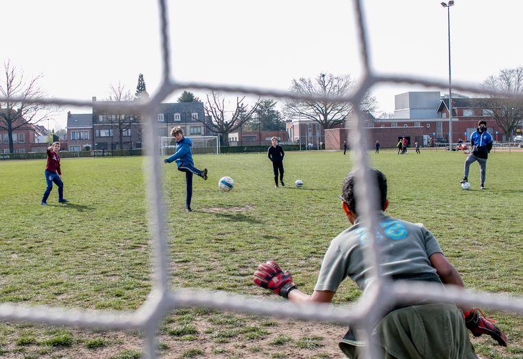Coaches van zomersportkampen mogen sinds dit jaar maximaal 532 euro per maand verdienen. Beeld JVS