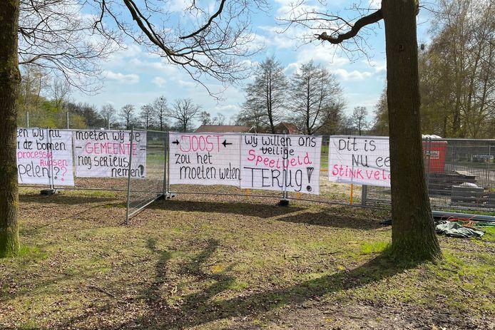 Kinderen en volwassen willen het speelveldje aan de Vogelzangstraat in Eibergen, dat nu een trieste aanblik vormt, terug.