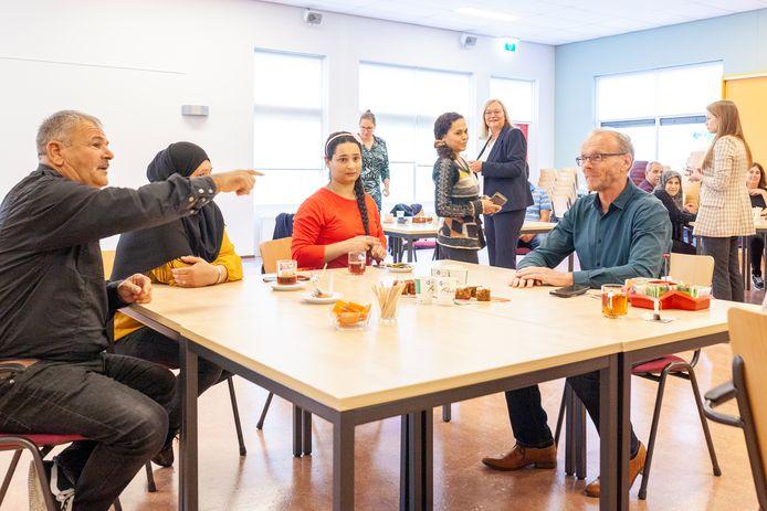 Enkele deelnemers tijdens de kick of op 31 augustus met de docent (Gerrit Jan van Zuijlen). Op de achtergrond van links naar rechts, Projectleider (Majella Schreurs), I Coach (Marinda Ligeon), directeur Bibliotheek Brummen- Voorst (Mirjam Wijers) en projectondersteuner (Ziggy Zuijdveld).