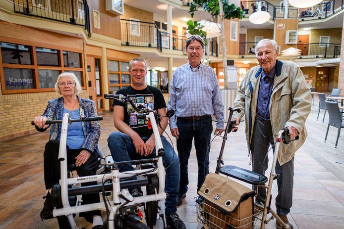 Dinie Jonker van Weersel en Dennis Hilberink stappen regelmatig op de duofiets,  Gerard Legdeur en Johan Aarsen (rechts) wandelen graag door Borne.