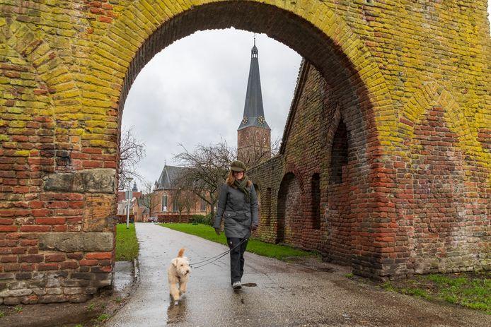 De Spanjaardspoort in Zutphen. De historische poort moet zichtbaarder worden en een belangrijk onderdeel van Klein Vaticaan. Op de achtergrond de recent opgeknapte Sint Janskerk.