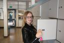 Zina Kwantes (15) bij haar kluisje op het Koning Willem II College.