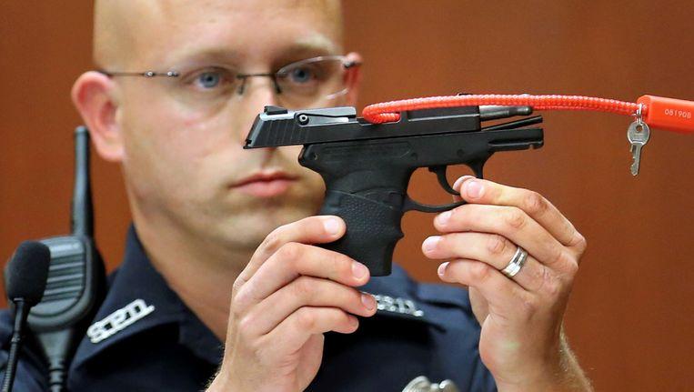 Agent Timothy Smith met het bewuste wapen tijdens het proces tegen George Zimmerman