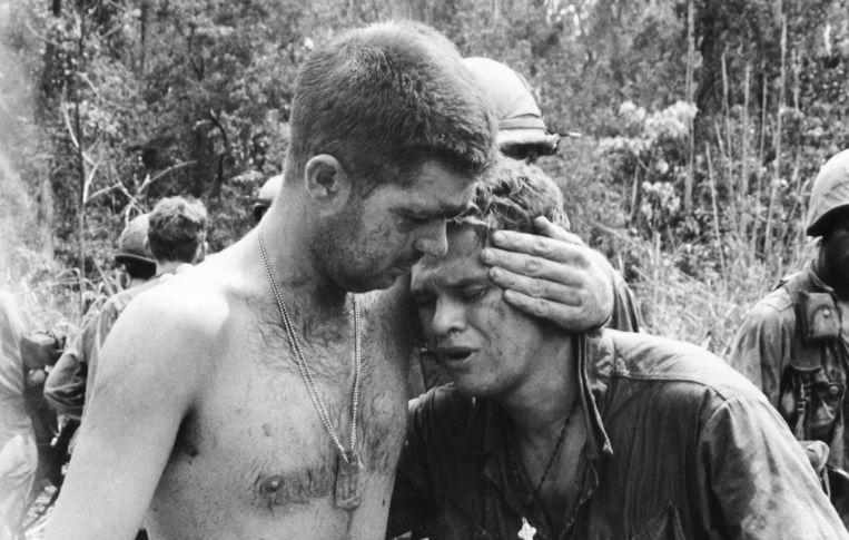 Een Amerikaanse soldaat huilt uit bij een kameraad na een gevecht in midden-Vietnam, op 21 mei 1967, waarbij 16 Amerikanen sneuvelden. Beeld ap