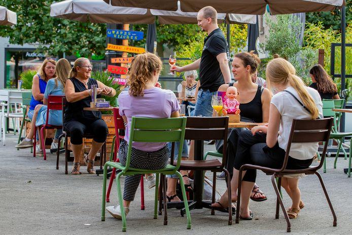 Het grote terras op de Markt in Wijchen is een doorslaand succes.