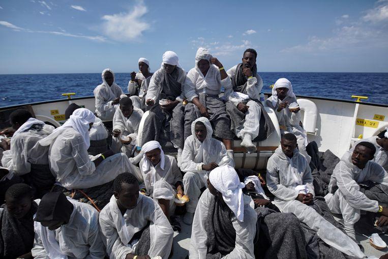 Als de Aquarius ook de lading van de Italiaanse marina heeft overgenomen, zit het schip met 650 vluchtelingen propvol. Beeld Bram Janssen/AP