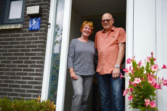 Peet en Ineke Stad voor hun woning in de wijk Graven Es in Oldenzaal.