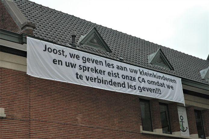Aan de gevel van 't Kapittel werd in de nachtelijke uren een spandoek opgehangen door leerkrachten die zich geviseerd voelen door Tom Van Grieken. Joost is de voorzitter van Vlaams Belang Ronse.
