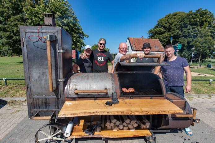 De mannen van de Vischrookerij in Kampen hebben de afgelopen dagen niet stilgezeten, ze hebben een grote barbecue/rokerij gebouwd. Woensdag werd het apparaat voor het eerst opgestookt en zijn de eerste spareribs bereid. Vlnr Korne van Dijk, Roy van Nieuwenhoven, Jaivy Vahl en Lars Beverwijk.