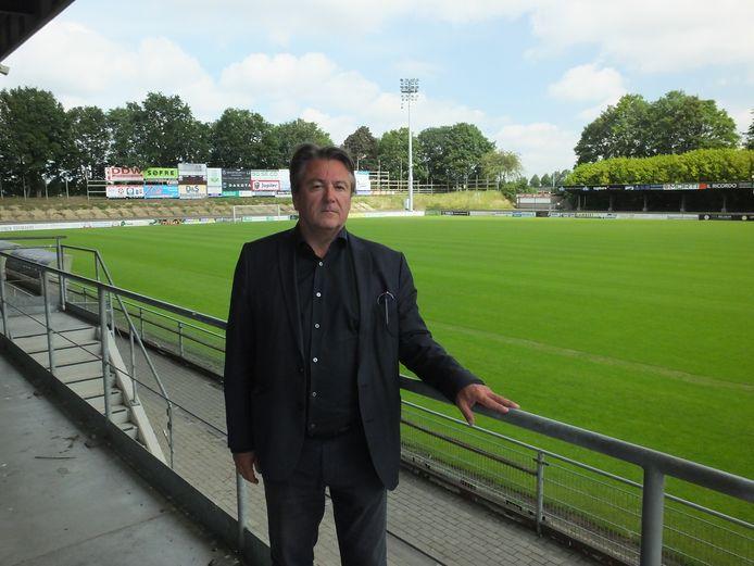 Voorzitter Denijs Van de Weghe aan het stadion van KMSK Deinze.