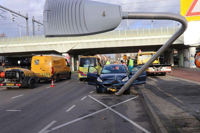 Een automobilist knalt op de verkeerde weghelft tegen een lantaarnpaal aan.