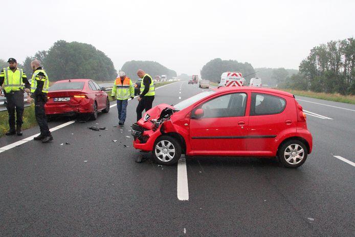 De twee beschadigde auto's op de A1