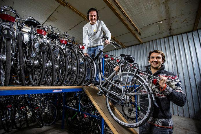 Laurens-Jan Stam (rechts) en Robert Oolbekkink nemen per februari 2021 het fietsverhuurbedrijf van vader Jan Stam over.