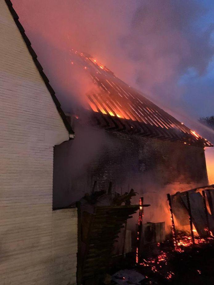 Een brand verwoestte bijgebouw en hoofdgebouw van een verlaten tankstation aan Herrmann-Debroux.