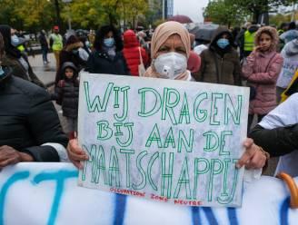 """""""Wij werken en wonen hier, maar hebben nul rechten"""": meer dan 2.000 sans-papiers uit heel België betogen in Brussel voor regularisatie"""