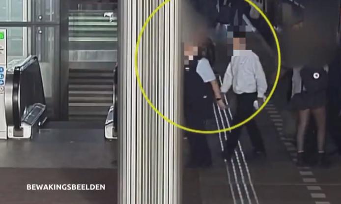 De man liep achter de conductrice aan na het uitstappen en sloeg haar vervolgens bewusteloos