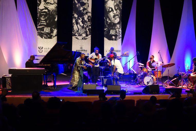 Een van de spannendste bands: Tune Recreation Committee van trompettist Mandla Mlangeni, met onder andere gitarist Keenan Ahrends en stemkunstenares Zoe Modiga. Beeld wb