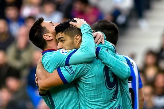 Aangever Messi en doelpuntenmaker Suárez knuffelen elkaar na de 1-2.