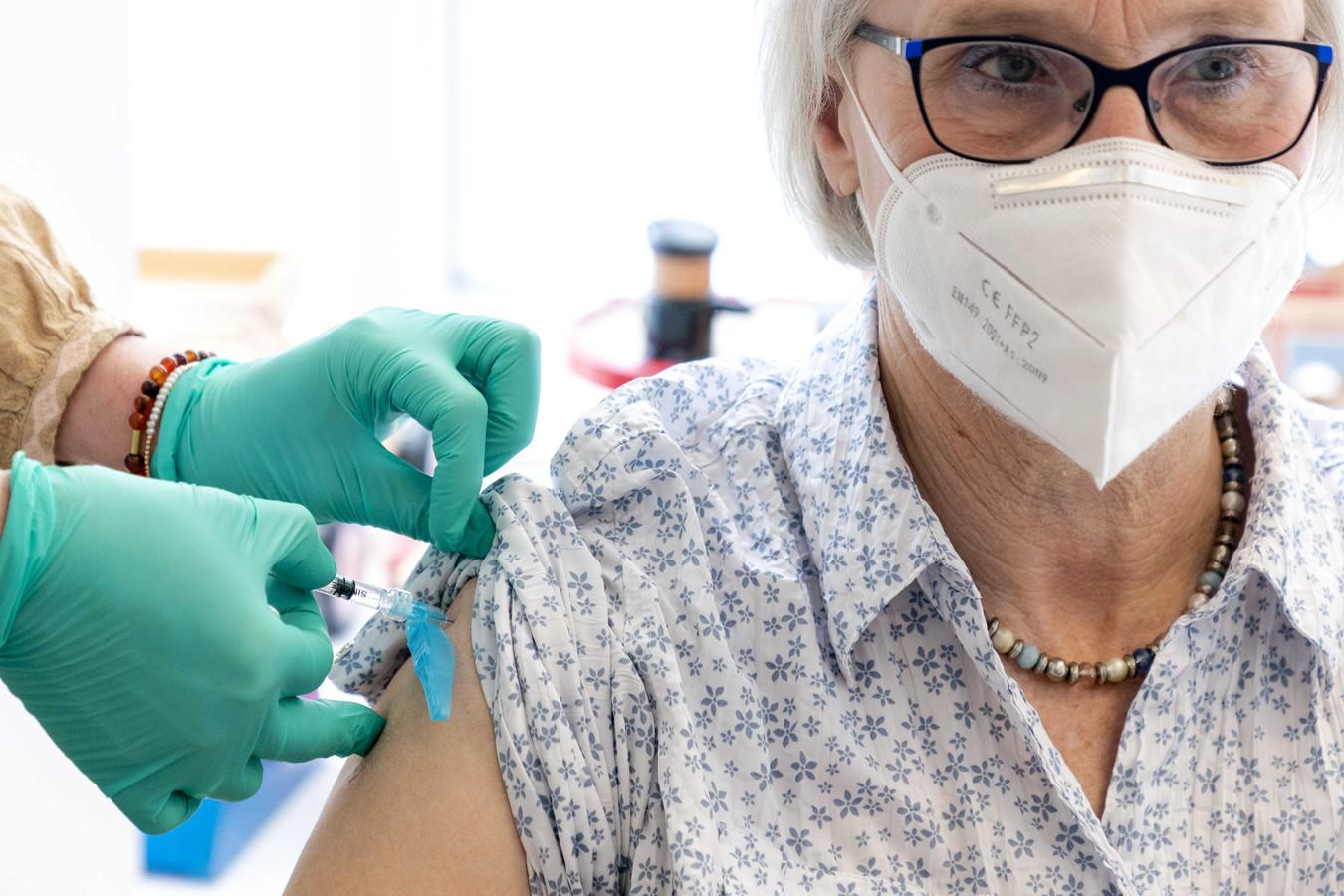 Ouderen vanaf 60 jaar worden gevaccineerd tegen het coronavirus, door verpleegkundigen in huisartsenpraktijk Wijngaardenlaan.